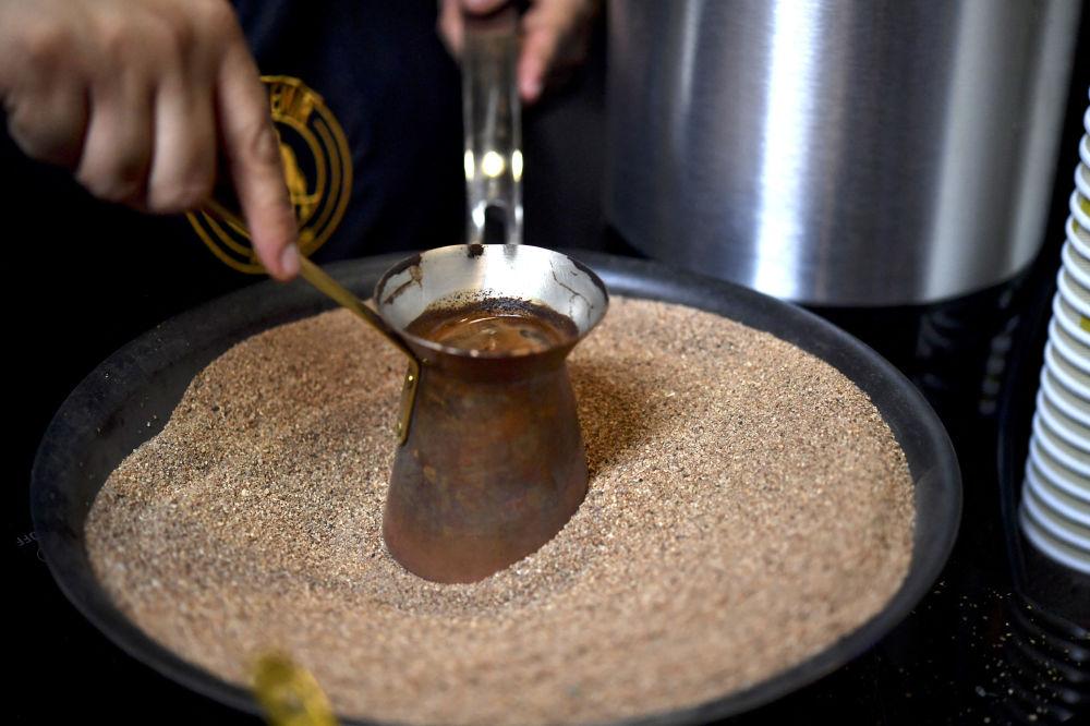 آماده کردن قهوه ترک توسط باریستای مکزیکی، مکزیکو سیتی