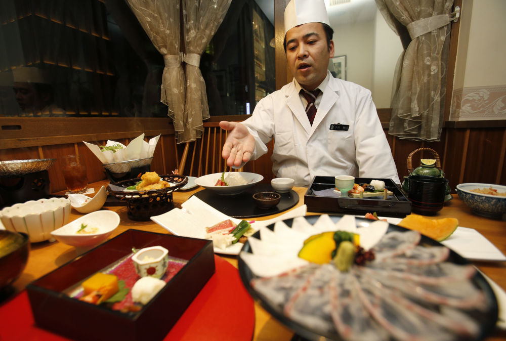 آشپز از منوی رستوران ژاپنی Irimoya Bettei در توکیو میگوید
