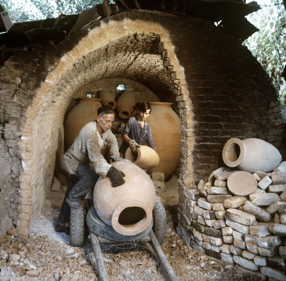 ساخت ظروف سفالی مخصوص که اهالی گرجستان به طور سنتی در آن شراب ذخیره میکنند