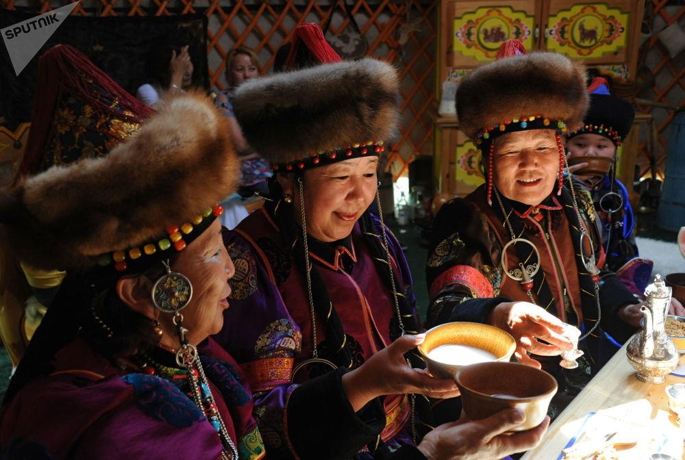 نوشیدن کومیس در چادر سنتی بوریاتی