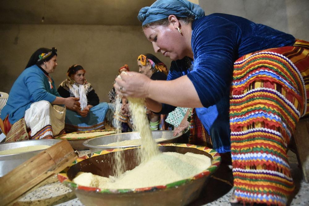 تهیه کوسکوس در روستای ایت القتظم، شرق پایتخت الجزایر
