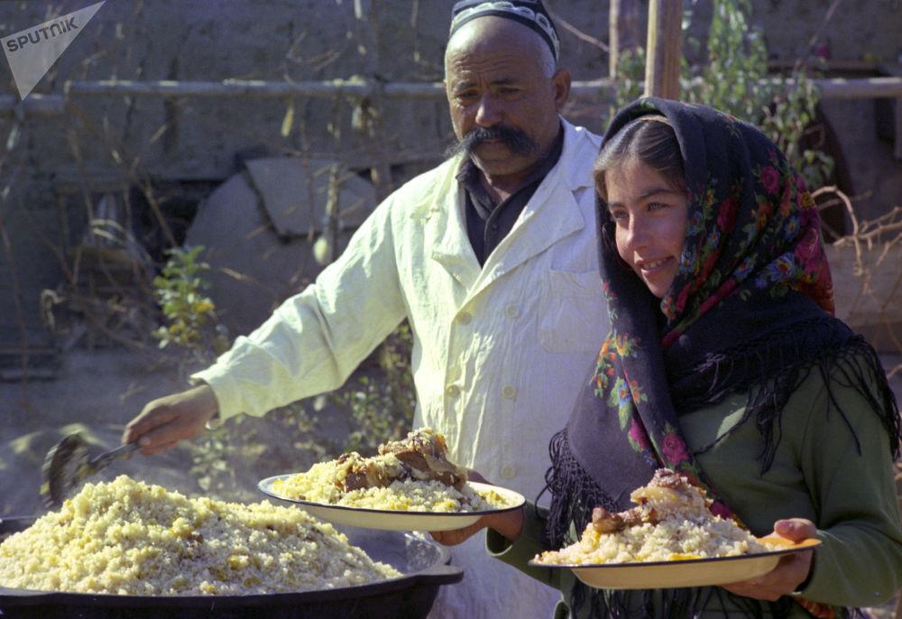 طبخ پلو ازبکستانی در خیابان خیوا، ازبکستان
