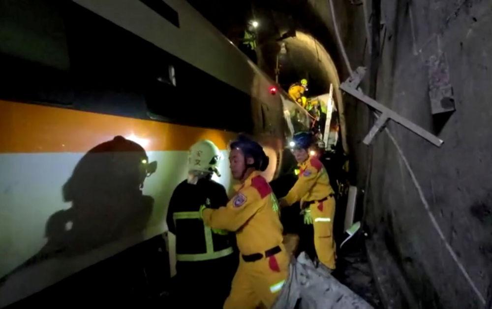 Спасатели на месте крушения поезда в туннеле в горах Хуалянь (2 апреля 2021). Восточный Тайвань