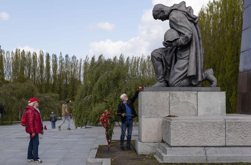 تقدیم گل یک مرد به یادبود سرباز شوروی در پارک ترپتاو برلین به مناسبت هفتاد و ششمین سالگرد پایان جنگ جهانی دوم