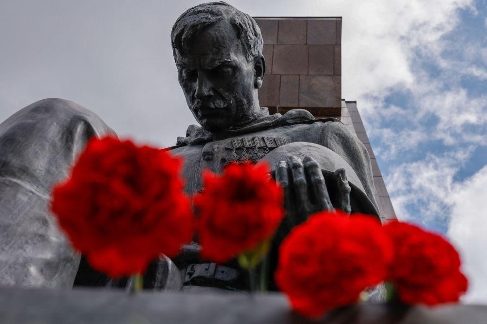 گلهای تقدیم شده مردم به مناسبت هفتاد و ششمین سالگرد پایان جنگ جهانی دوم به یادبود جنگ شوروی در پارک ترپتاو برلین