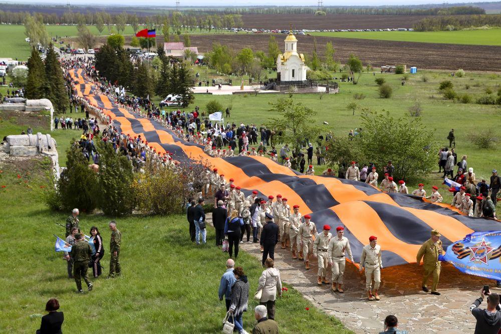 نمایندگان جنبش میهنی یونارمیا در جشن روز پیروزی در یادبود ساورماگیلا در منطقه دونتسک، اوکراین