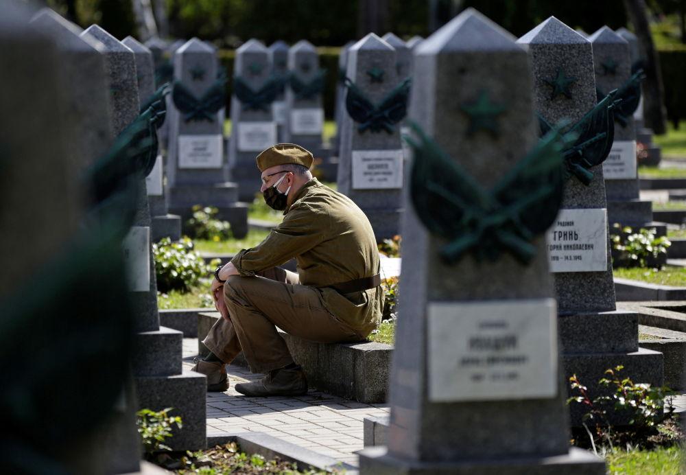 ادای احترام یک مرد به مناسبت هفتاد و ششمین سالگرد پایان جنگ جهانی دوم به مقبره سربازان روس در قبرستان اولشانسکی در پراگ