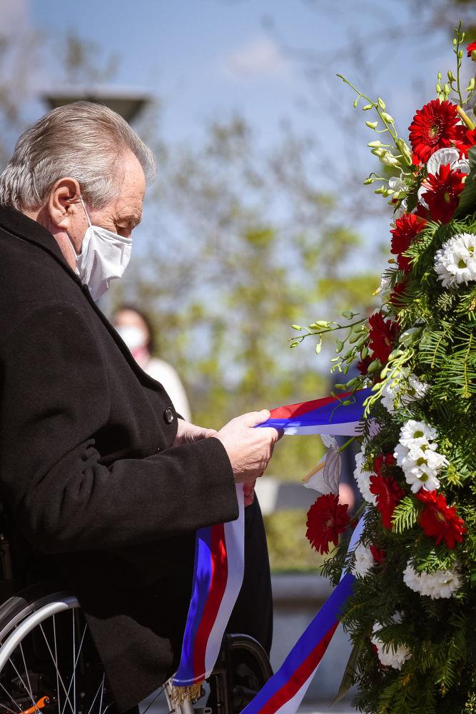 میلوش زمان، رئیس جمهور چک هنگام مراسم یادبود هفتاد و ششمین سالگرد پایان جنگ جهانی دوم در بنای یادبود ملی در تپه ویتکوف در پراگ