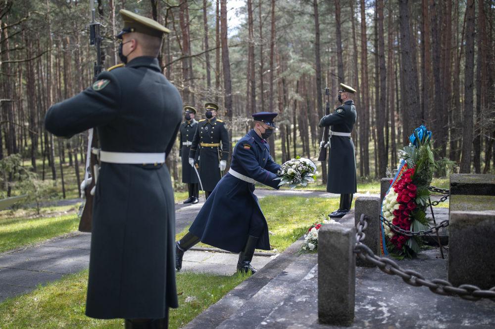 اهدای تاج گل سربازان محافظ لیتوانیایی در مراسم هفتاد و ششمین سالگرد پایان جنگ جهانی دوم در بنای یادبود پانرای در ویلنیوس