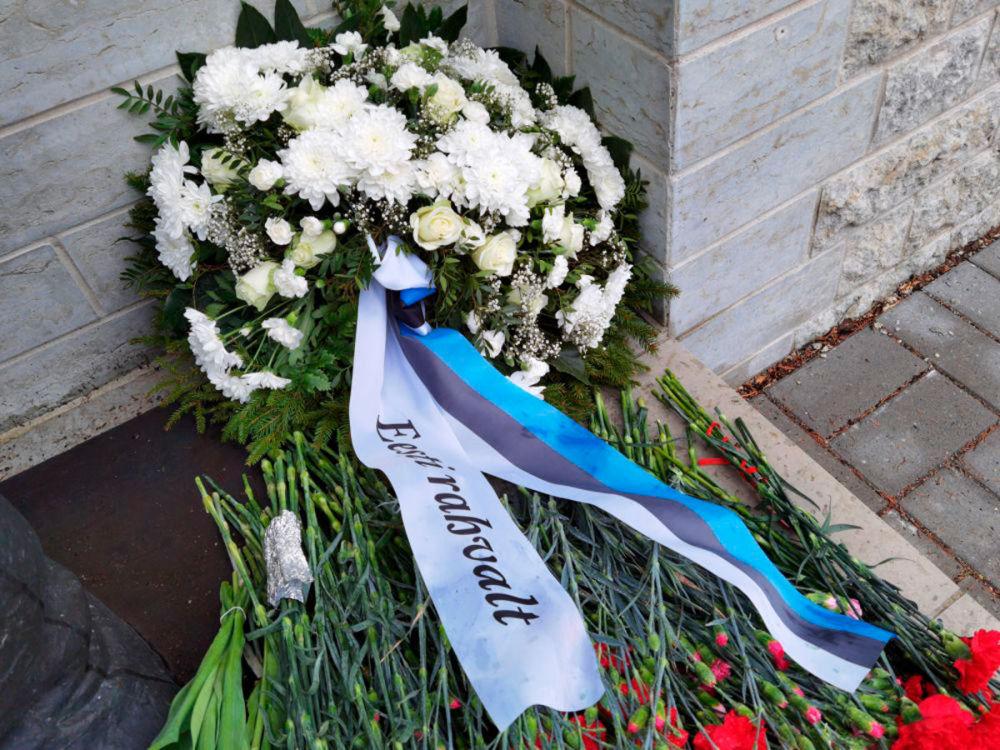 تاج گل تقدیم شده از سوی مردم استونی در بنای یادبود جانباختگان در جنگ جهانی دوم در قبرستان نظامی تالین