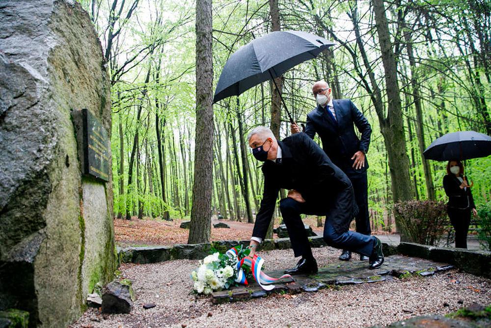 ایوان کورجوک، وزیر امور خارجه اسلواکی در هنگام تقدیم گلها به مزار سربازان شوروی که در جنگهای آزادی براتیسلاوا جان باختند
