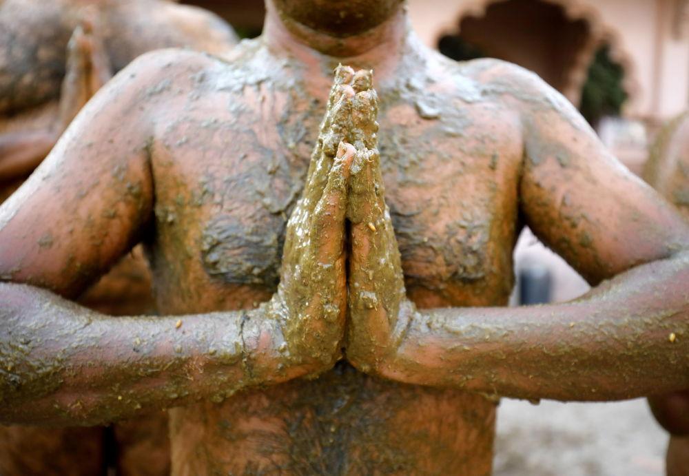 مرد هندی که کود گاوی برای دفاع در مقابل ویروس کرونا به خود مالیده است