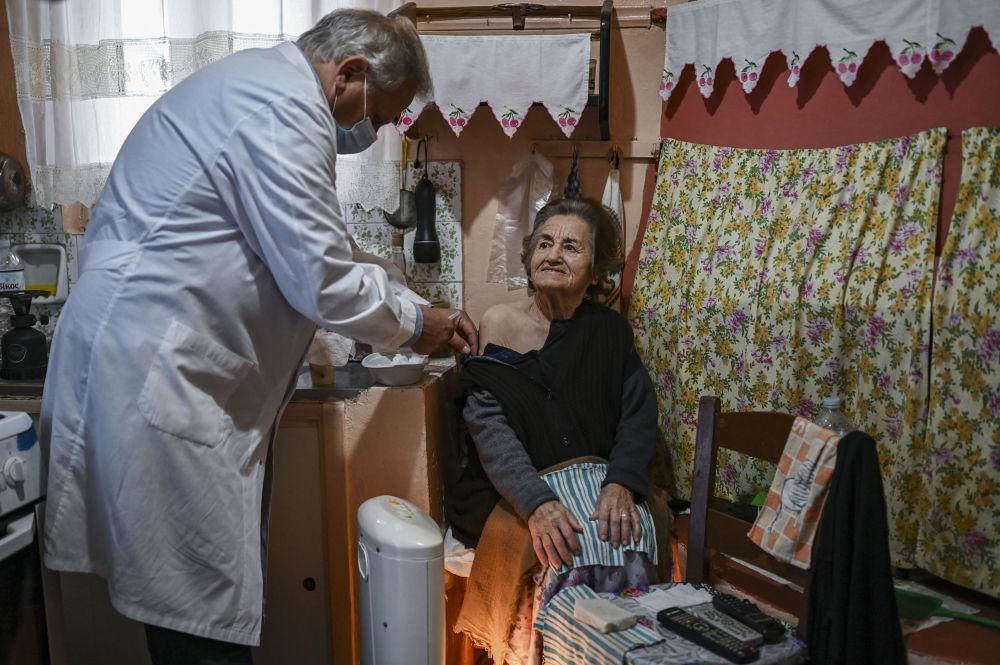 واکسیناسیون یک زن مسن در جزیره کوچک الافونیسوس، یونان