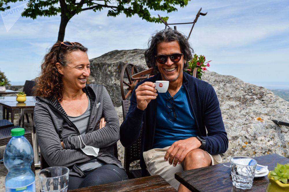 دو گردشگر، مارینا و مارسیو ریکاردو، پس از واکسیناسیون با اسپوتنیک وی در کافهای در سن مارینو استراحت میکنند