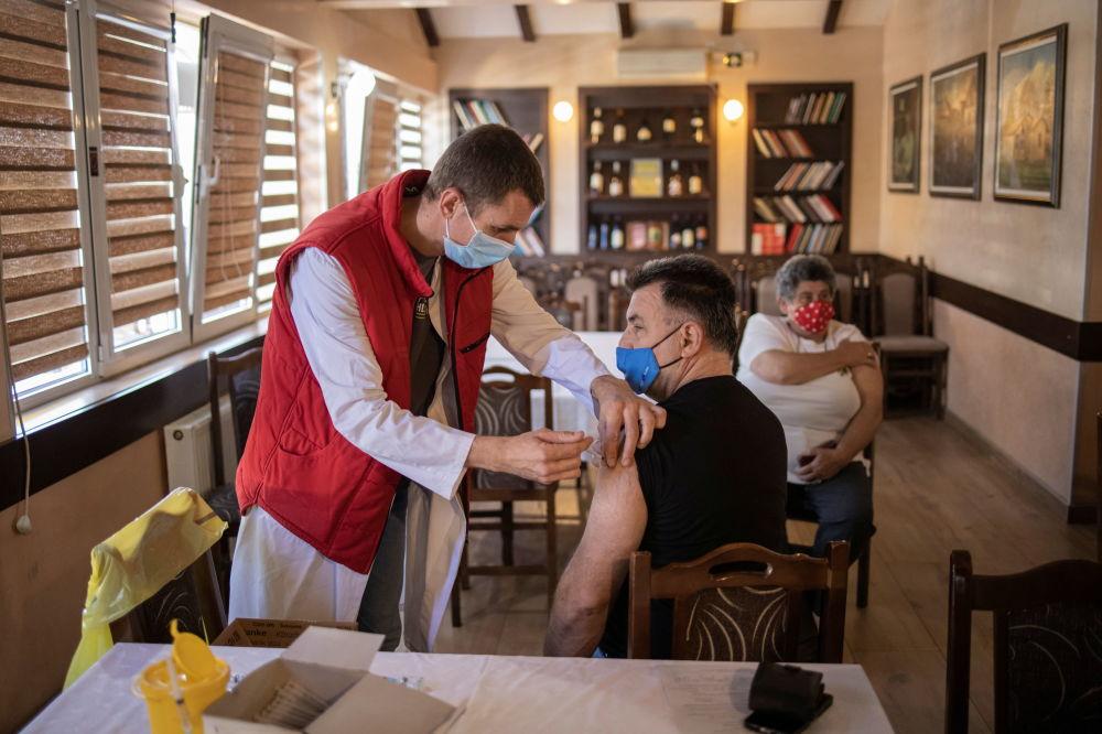 دریافت واکسن کرونا در رستوران در کراگویواتس، صربستان