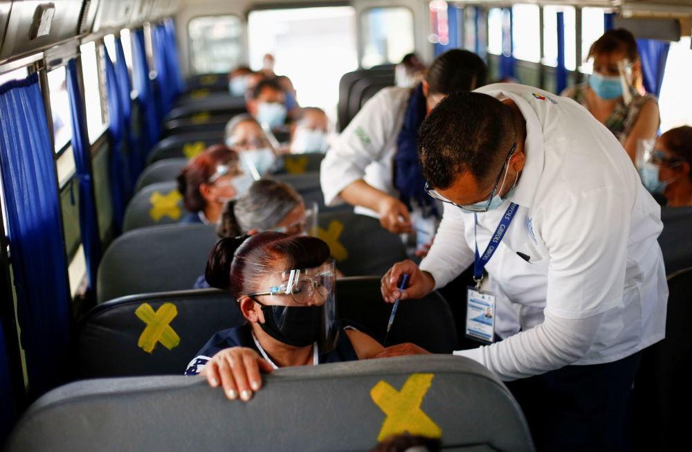 دریافت واکسن در اتوبوس در سیوداد خوارس، مکزیک