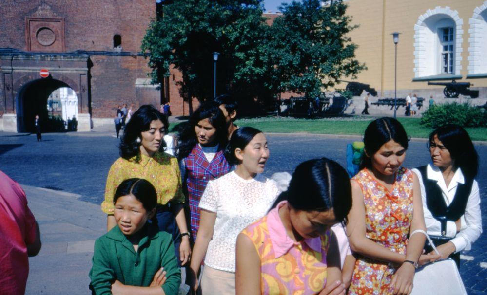 روسیه شوروی از پشت دوربین پروفسور آمریکایی سال 1972 میلادی، گردشگران آسیایی در کرملین