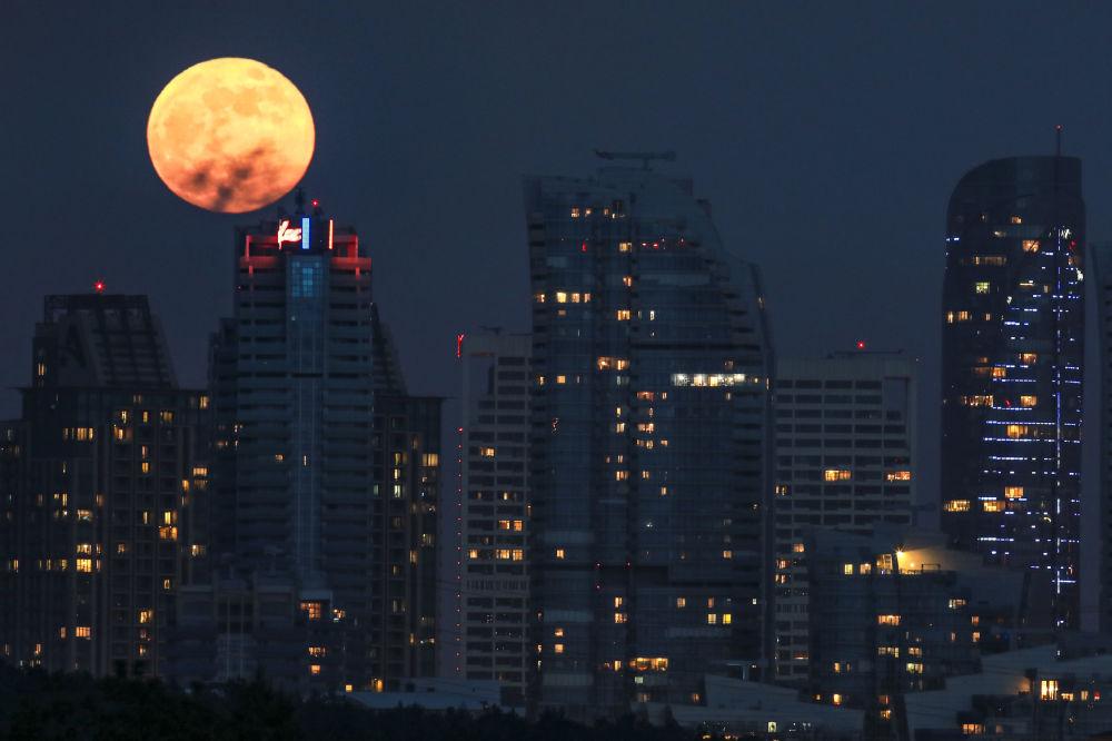 ابر ماه رنگین در پهنه آسمان تیره استانبول