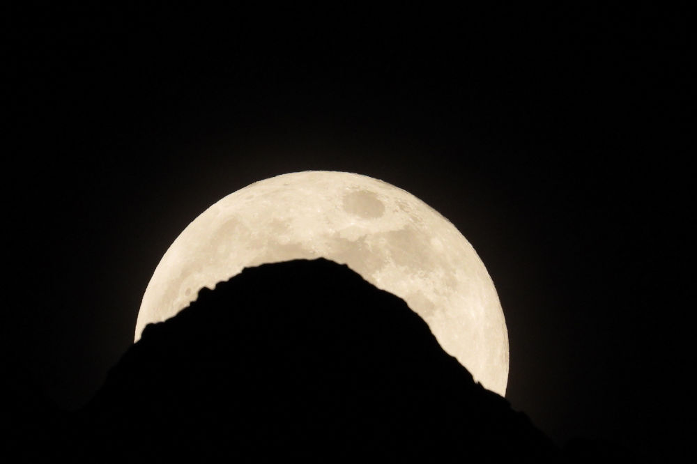 ابر ماه رنگین در پهنه آسمان تیره هند