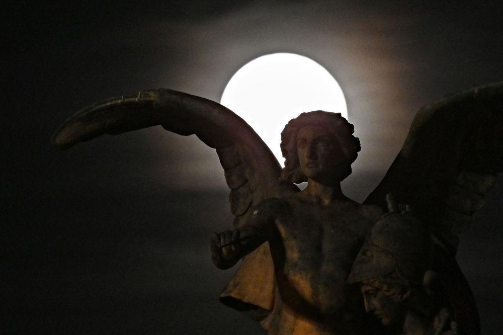 ابر ماه رنگین در پهنه آسمان تیره روم