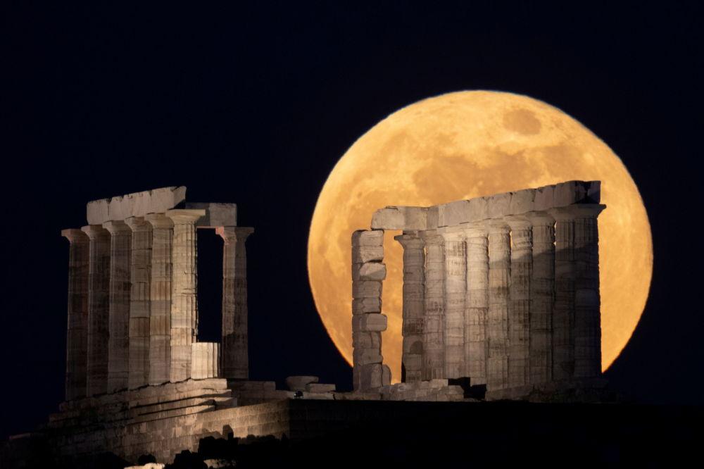 ابر ماه رنگین در پهنه آسمان تیره یونان