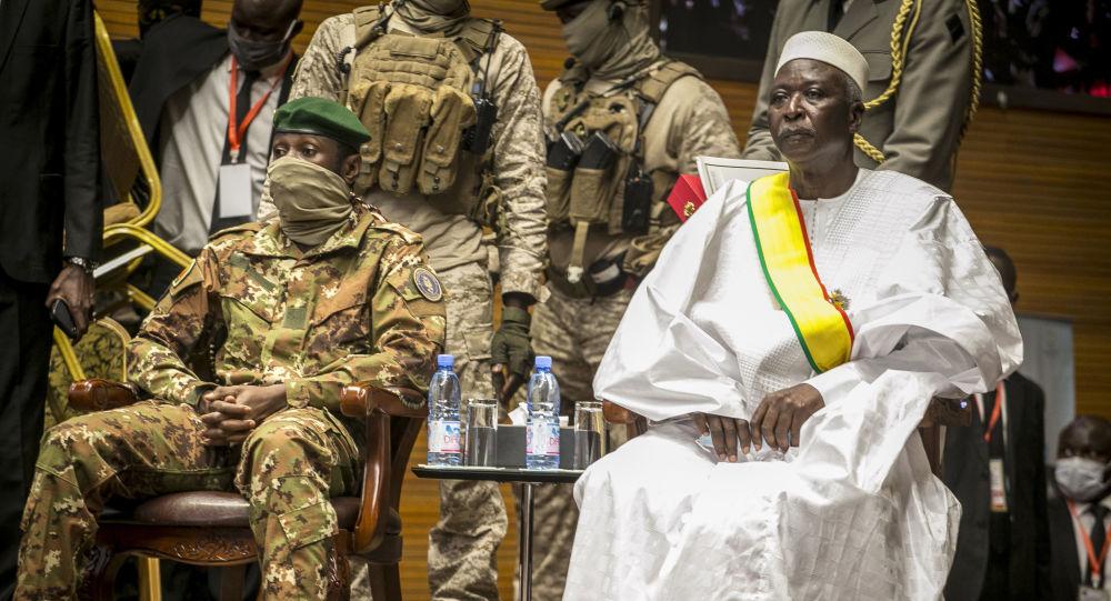 عاصمی گویتا فرمانده کودتا در کشور مالی به همراه باه نداو رئیس جمهور بر کنار شده مالی