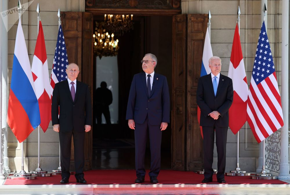 ولادیمیر پوتین رئیس جمهور روسیه، گای پارملین رئیس جمهور کنفدراسیون سوئیس و جو بایدن رئیس جمهور ایالات متحده در ویلا لا گرانژ در ژنو