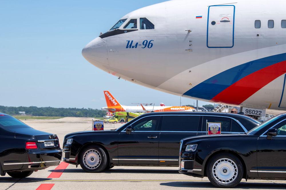 لیموزین ولادیمیر پوتین رئیس جمهور روسیه پیش از شروع نشست آمریکا و روسیه، فرودگاه ژنو را ترک می کند