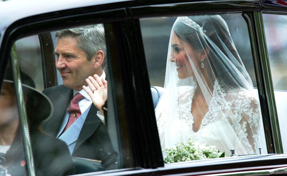 کیت میدلتون و پدرش در مراسم عروسی اش در سال ۲۰۱۱