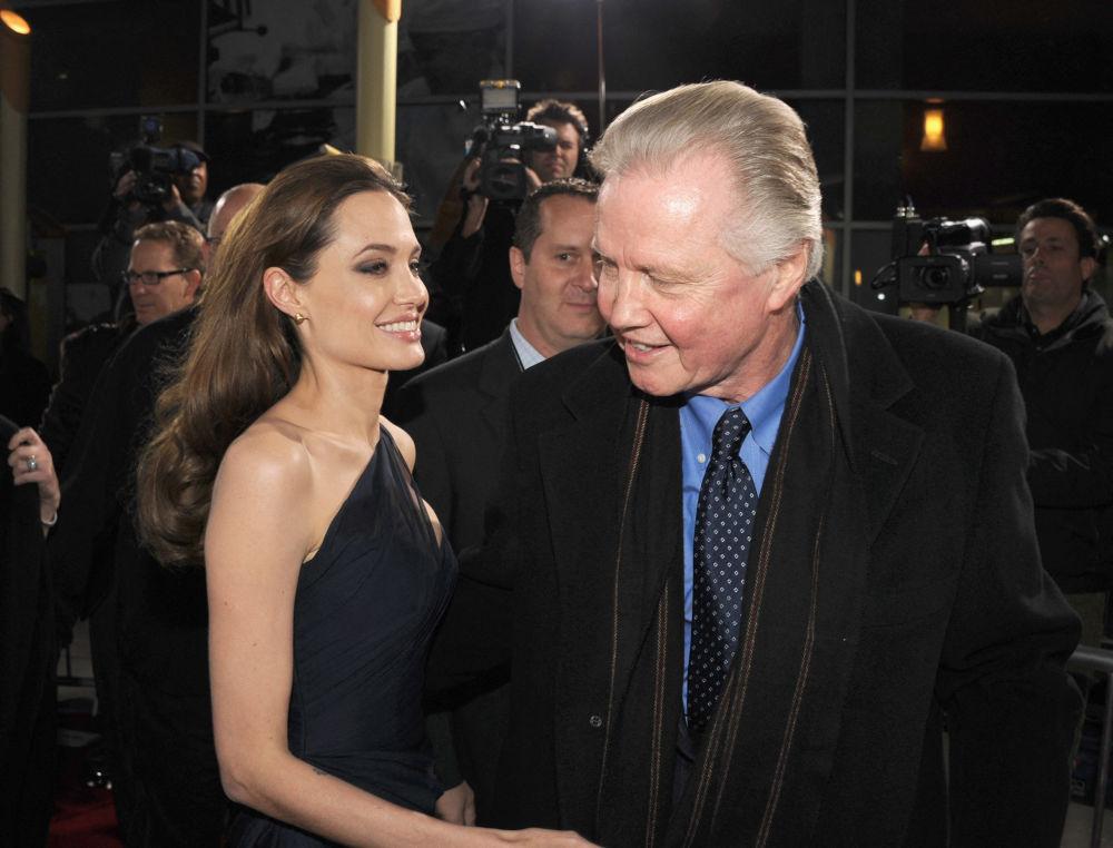 هنرپیشه آنجلینا جولی به همراه پدرش