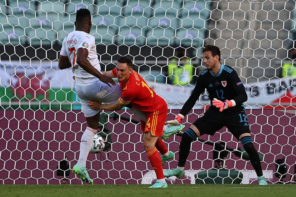 رقص های فوتبالی در جام اروپا بریل امبولو سوئیسی و دنی وارد در ورزشگاه باکو