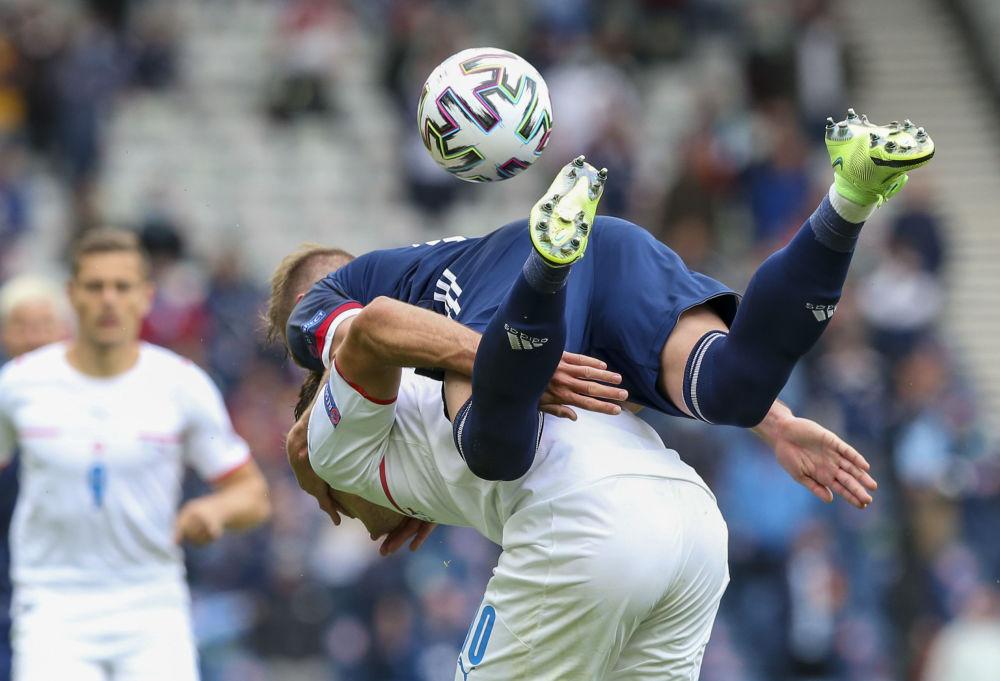 رقص های فوتبالی در جام اروپا لیام کوپر اسکاتلندی و پاتریک شیک چک