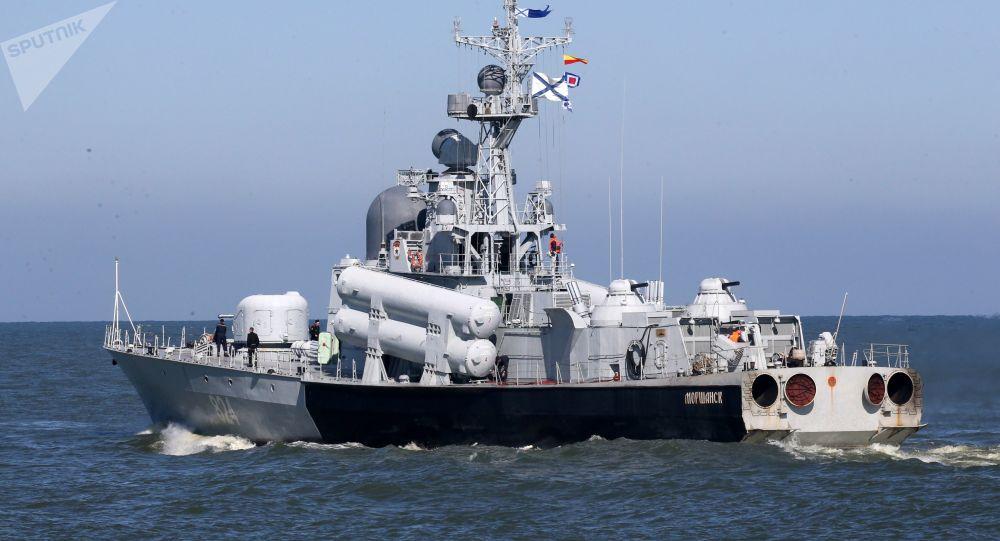 رزمایش ناوهای نیروی دریایی روسیه در کنار ناو هواپیمابر انگلیس