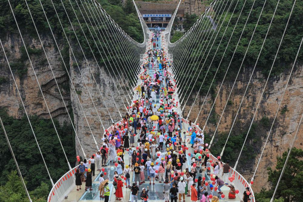 رویدادهای هفته به روایت تصویر  پل شیشه ای ووهان چین