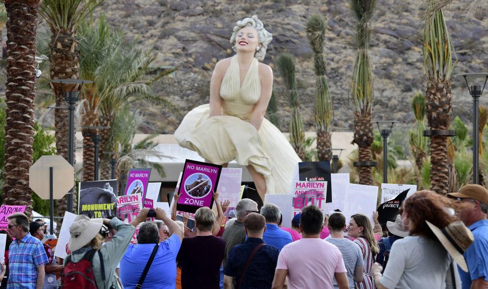 رویدادهای هفته به روایت تصویر  تجمع در مقابل مجسمه مرلین در کالیفرنیا