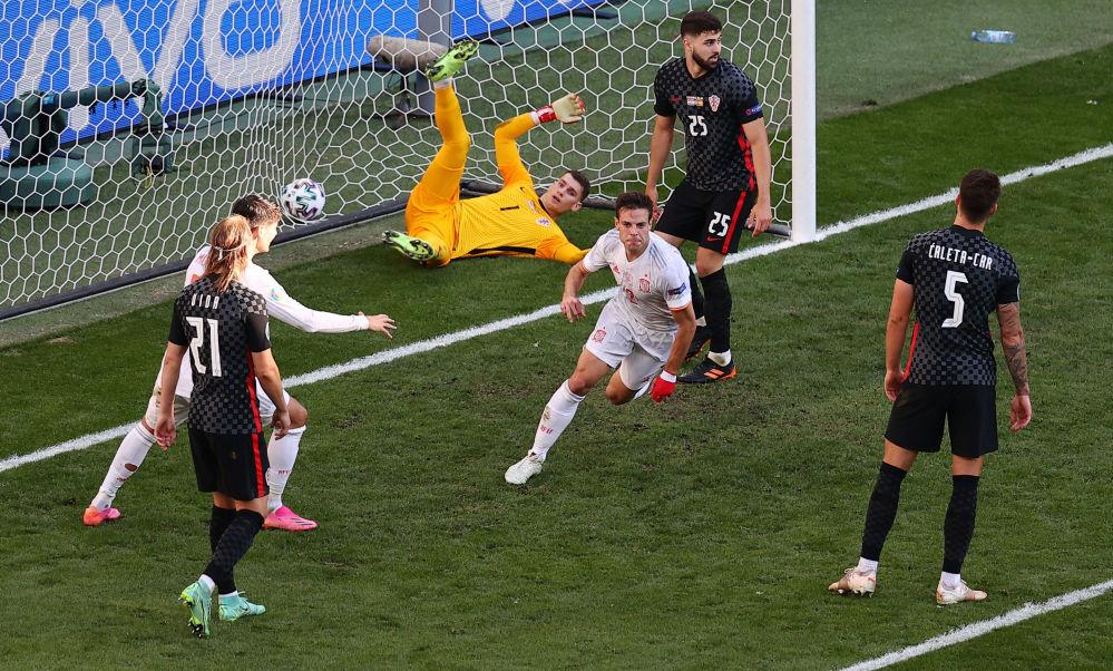 خوشحالی بازیکن تیم اسپانیا پس از زدن گل به کرواسی در یک هشتم فینال یورو ۲۰۲۰