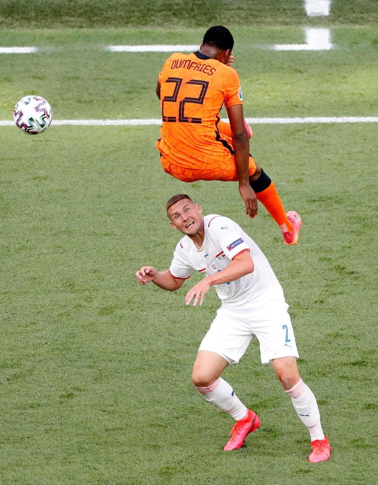 بازیکنان تیم های هلند و چک در یک هشتم فینال یورو ۲۰۲۰