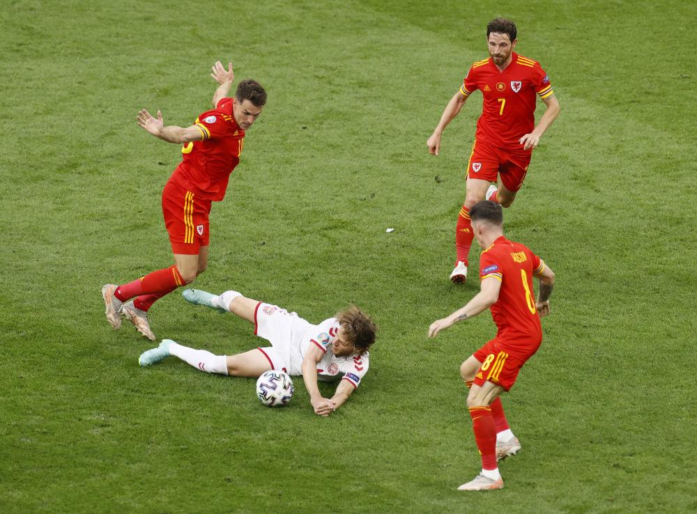 بازیکنان تیم دانمارک و ولز در یک هشتم فینال یورو ۲۰۲۰