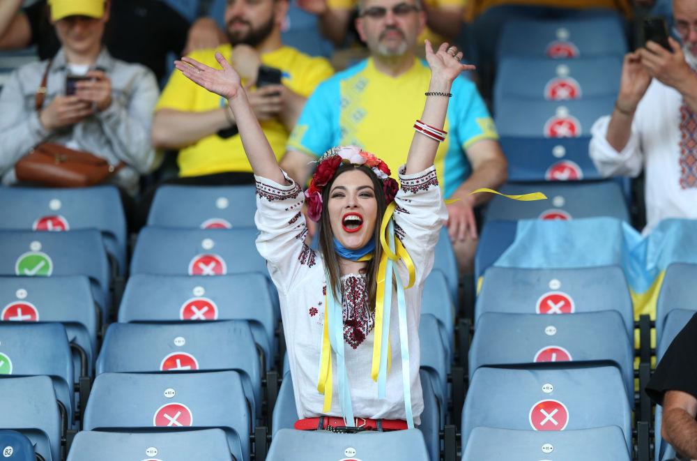 طرفدار تیم اوکران در بازی مقابل سوئد در یک هشتم فینال یورو ۲۰۲۰