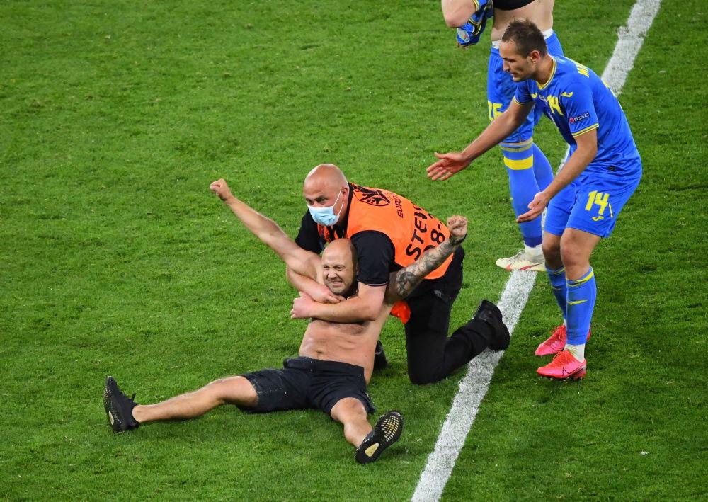 مردی که در بازی سوئد و اوکراین به زمین مسابقه آمد