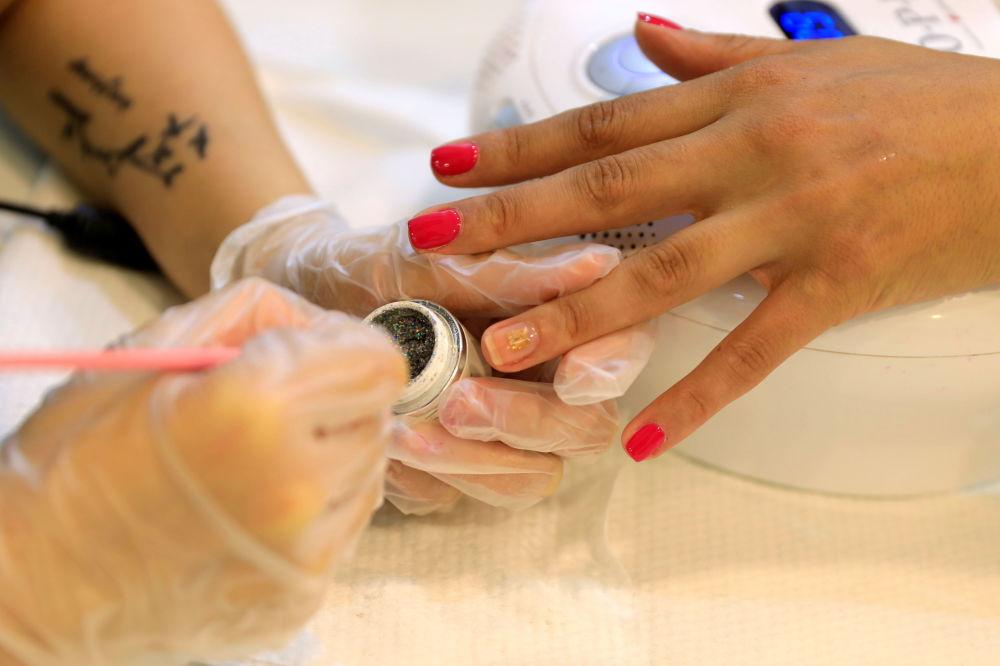 ترند جدید ناخن با میکروچیپ کاشت میکروچیپ در آرایشگاه دوبی