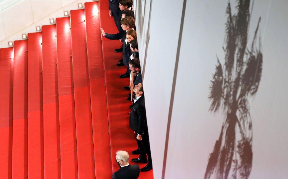کارگران و گروه فیلم برداری فیلم BAC Nord در فرش قرمز ۷۴مین فستیوال فیلم کن