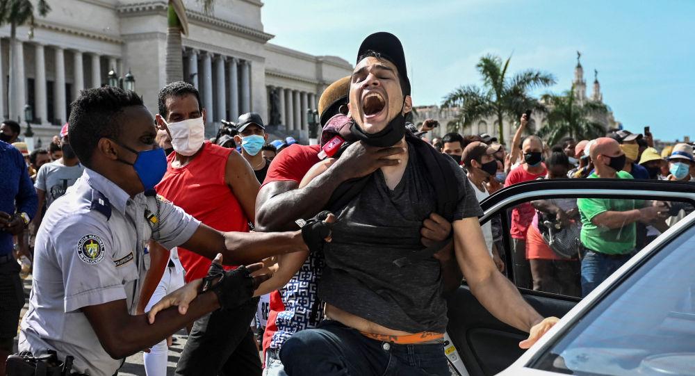 کمونیست ها درباره درگیری خود با معترضین در کوبا تعریف کردند