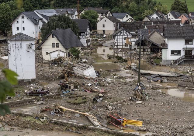 خنده رهبر اتحادیه دموکرات مسیحی آلمان نسبت به قربانیان سیل