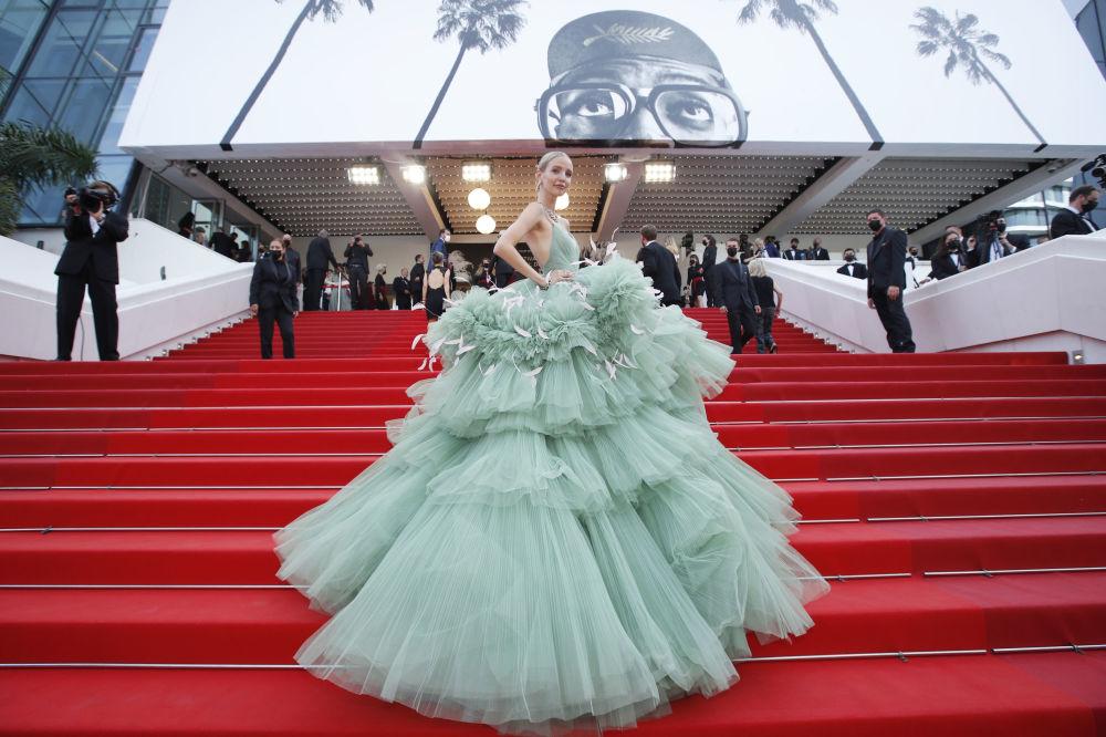 بلاگر آلمانی و مدل لئونی هانا در فرش قرمز فستیوال فیلم کن