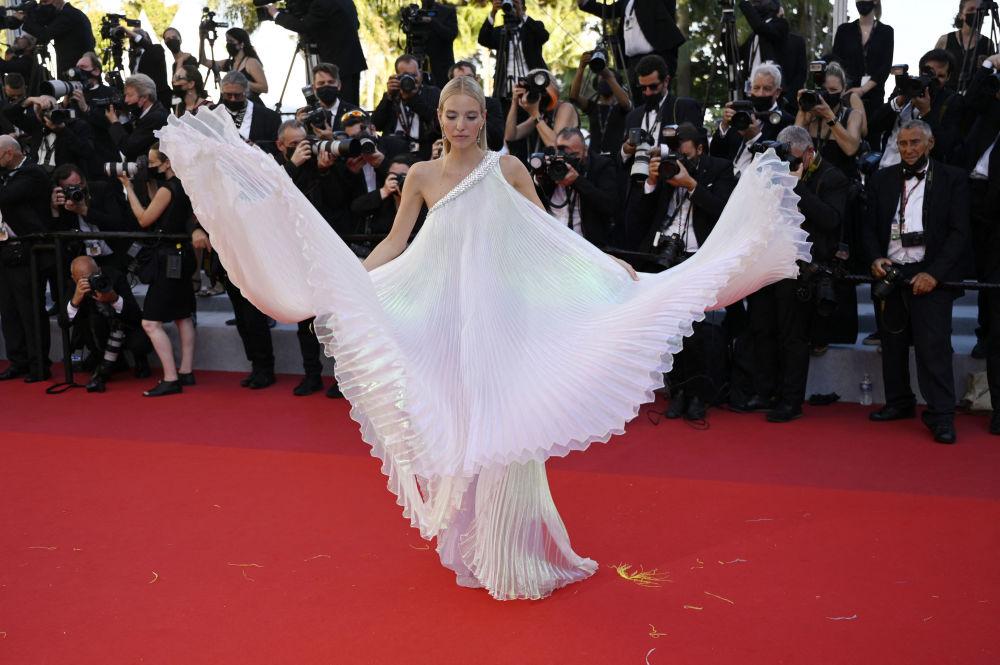 بلاگر آلمانی و مدل لئونی هانا در فستیوال فیلم کن