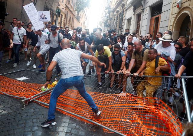 آغاز اعتراضات علیه وضع مجوزهای بهداشتی در رم + ویدئو
