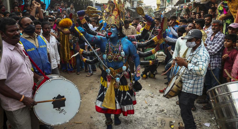 دختر هندی با دو بینی به عنوان خدا مورد احترام قرار گرفت+عکس