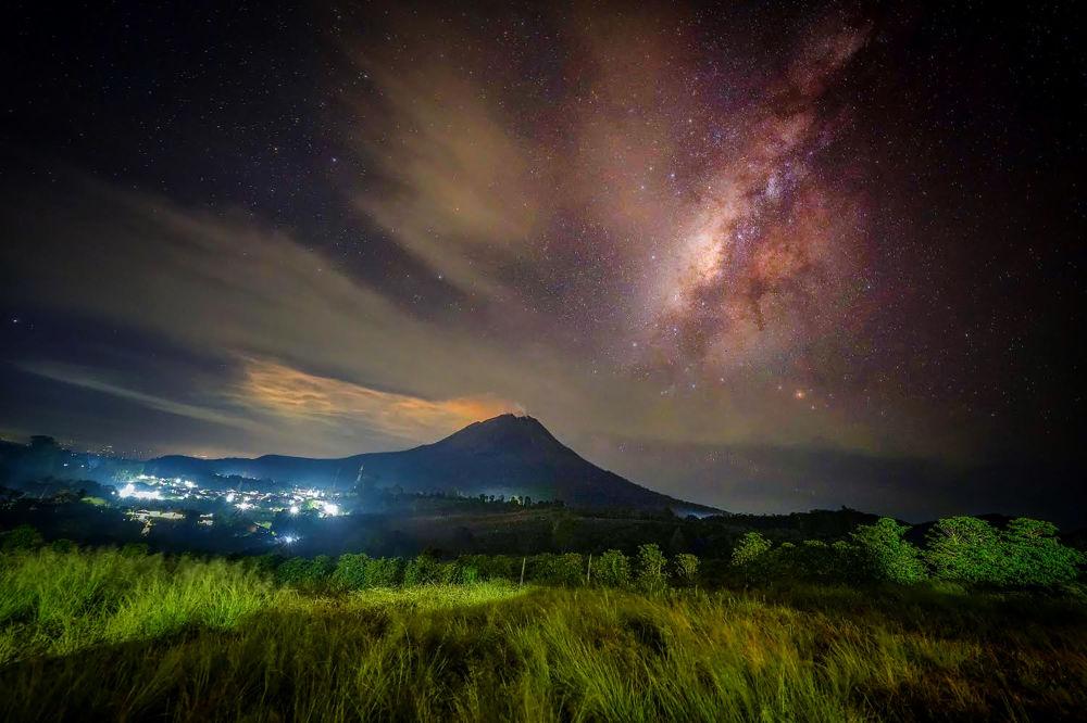 رویدادهای هفته به روایت تصویر قله «سینابونگ» در سوماترا