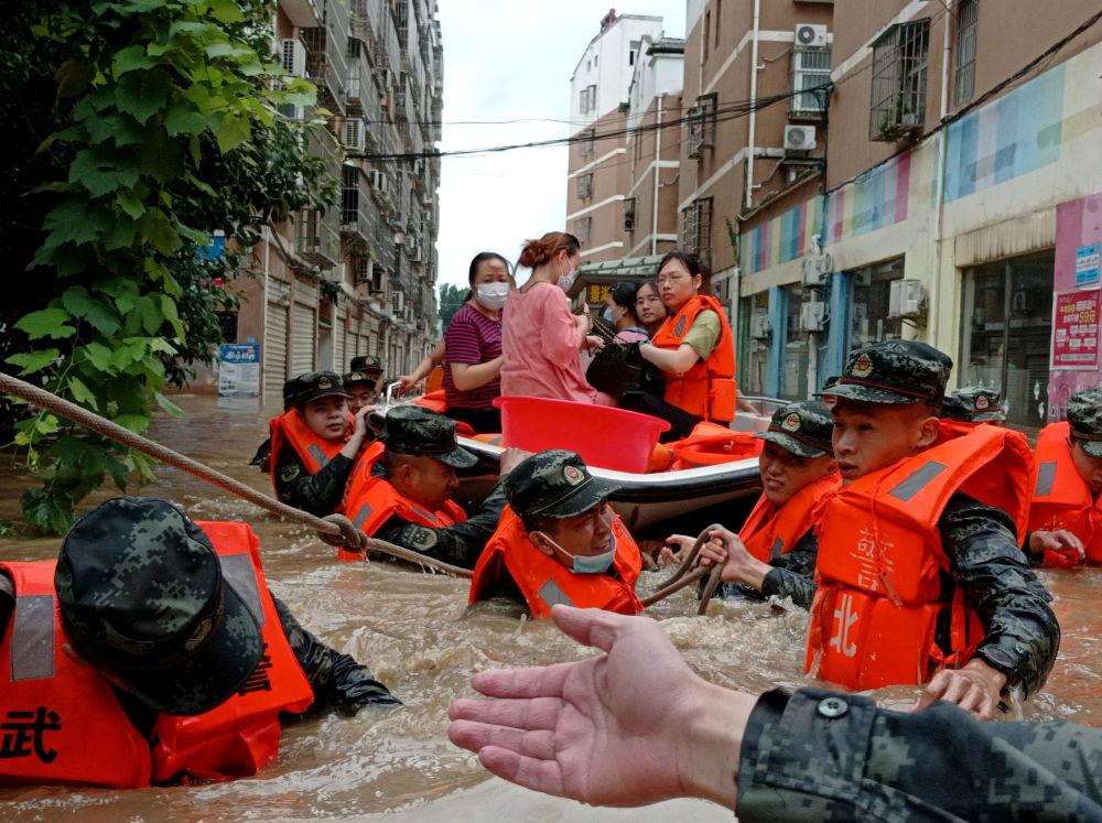 رویدادهای هفته به روایت تصویر تخلیه افراد در سیل چین